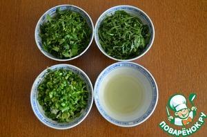 6.Пока готовится курица, мелко порезать зеленый лук, рукколу и кинзу. Выжать сок из лайма.