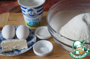 To prepare products to the test.  Sift the flour in a large bowl, mix with salt and sugar.