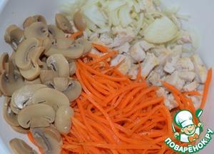 Смешать лук, готовую морковь, грудку и нарезанные грибочки в чаше.
