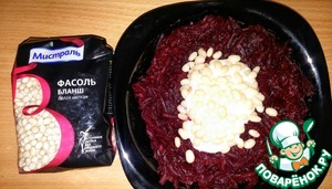 For Pillow:  1. Fill grated beetroot with half the garlic sauce, and stir everything well with beans