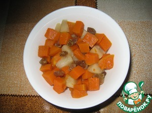 Pumpkin cut into slices, simmer 10 minutes. Add the pieces of apples and raisins, after 5 minutes, remove from heat.