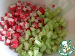 Крабовые палочки нарезать кубиками, огурцы очистить и нарезать так же, как и палочки.
