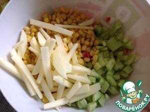 Яблоко очистить и нарезать соломкой, сбрызгнуть лимонным соком. Салат аккуратно перемешать.