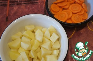 Potatoes and carrots clean. Carrots cut into slices, potatoes in large pieces. Beans to defrost.