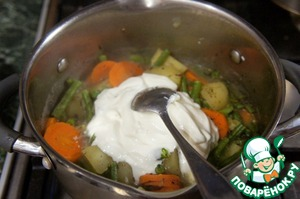 Put in a saucepan with the vegetables, sour cream, salt and pepper to taste, boil for 2 minutes.