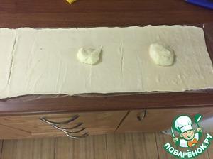 Тесто (размороженное) раскатать совсем чуть- чуть, смазать остывшим кремом
