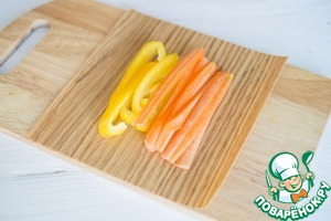Cook carrots until soft. Cut the carrots and bell pepper into strips and place on the grill sheet of paper along the grain of the wood.