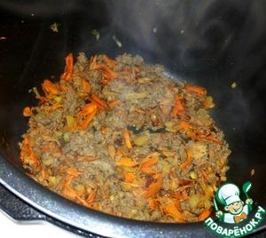 Затем к овощам добавить фарш и, периодически помешивая, продолжать обжаривать все еще минут 5. Посолить. Добавить любимые специи по вкусу.