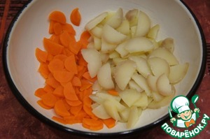 Beets, carrots and potatoes to boil, cool and clean. Cut into thin slices. In a bowl put potatoes with the carrots.