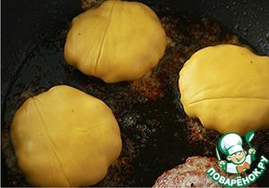 Разогреть газовый гриль до средней температуры. (у меня гриля нет. разогревала сковороду на медленом огне)   Смешать свиной фарш с чесноком, солью и перцем. Слепить четыре котлеты.   На раскаленный противень налить растительное масло, выложить мясо и отправить в гриль. Через 2 минуты перевернуть мясо и готовить еще примерно 2-3 минуты (всё это делала на сковороде с антипригарным покрытием).   Готовые котлеты, не снимая с противня, накрыть ломтиками сыра (лучше использовать сыр для горячих бутербродов) и отправить в гриль на 1-2 минуты, чтобы сыр слегка расплавился, но не еще не начал растекаться.