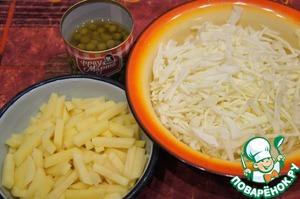 Картофель нарезать брусочками. Капусту тонко нашинковать.    Огурцы припустить в небольшом количестве воды до мягкости.