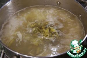 Добавить нарезанные соломкой огурцы, варить 2 минуты.