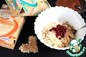 In a container put the rice flakes, buckwheat flakes, nut mix, prepared cherries and whiskey, which insists cherries.