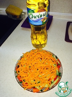 Морковку (по-корейски, средней остроты, хотя кому как нравится) выкладываем на огурец.