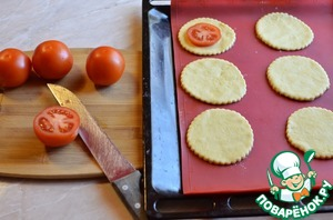 "The cut portion of pizza lay on a baking sheet. I have from the specified amount of dough and filling turned out 12 mini-""pizza"". Tomatoes wash and cut into slices (not thin), tomato slices, arrange on pizza."