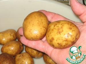 Средний, ближе-таки к малому картофель, тщательно моем.    Можно использовать и старый, но тонкошкурый! Когда Вы чистите, то со шкурой уходит весь шарм и вкус. Картофель получится готовый, но не ПЕЧЁНЫЙ. На четверых я взял 16 штук.