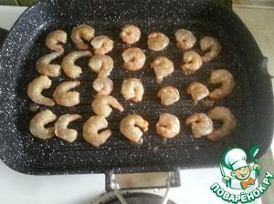 Итак первый способ готовки:   Нам нужна сковорода гриль.   Нагреваем ее - выкладываем наши креветки.   Креветки обжариваем буквально по 2 минуты с каждой стороны.   Они должны стать розовыми (это для сырых)