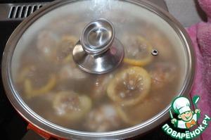Выложить в сковороду оставшийся маринад, добавить воду и тушить под крышкой на среднем огне пока не выпарится большая часть маринада.