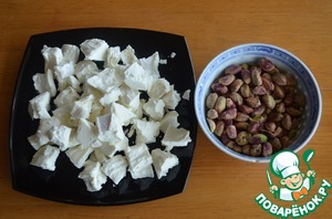 4. Pistachios are clean, crumble the goat cheese into large pieces.