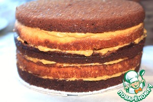 """Collect the second tier. For this you need to prepare round tight posadochka the diameter of the cakes. I made it of cardboard and hygienic reasons wrapped in cling film. The cake """"Semolina"""" is cut into two parts, the cake """"Grechina"""" cut into three parts. Spread on posadochka, alternating layers promazyvaya and butter cream. Put in cold, and then on the side to smear the same cream and sprinkle with crumbs."""