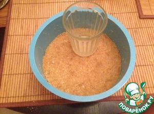 Spread crumbs in shape and is quite densely compacted bottom of the glass.
