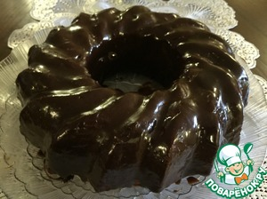 Prepare the glaze: milk+ sugar powder+ 5 g of butter + 50 g of chocolate, bring to boil, cool, grease a pie