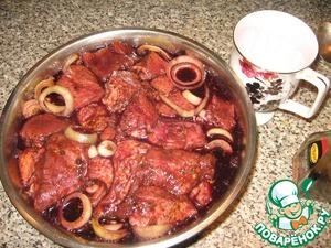 Соус нужно брать Киккоман или Наваро без разницы, главное, чтобы был классическим, без разных добавок. А то я как-то залил, не глянув, Соевый с мёдом и травами и получил тот ещё бисквит на шампуре. Всё это время, пока мясо не получило соль в чистом виде, оно набирается ароматами, которыми мы его окружаем и которыми мясо с нами обязательно потом поделится. И ещё даём мясу отдохнуть минут пять-десять.    Следующий шаг –заливаем мясо вином.