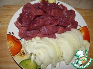 Meat cut into small pieces, onion half-rings