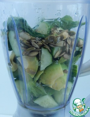 Put in a blender sliced cucumbers, avocado, pumpkin seeds, add the garlic, Basil and lemon juice. Grind.