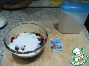 Ягоды вынуть из морозилки, выложить в глубокую посуду для микроволновой печи засыпать сахаром и дать постоять, чтобы разморозить ягоды. Это можно сделать на ночь. Или разморозить в микроволновке.