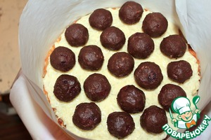 """On the cake top evenly spread some cream of the """"Jasmine"""" and put in cold to freezing (in order to """"Drunken nut"""" does not lay on the crust, but it does not matter). Then sprinkle """"Drunken nut"""" and put the remaining cream and put in the cold."""