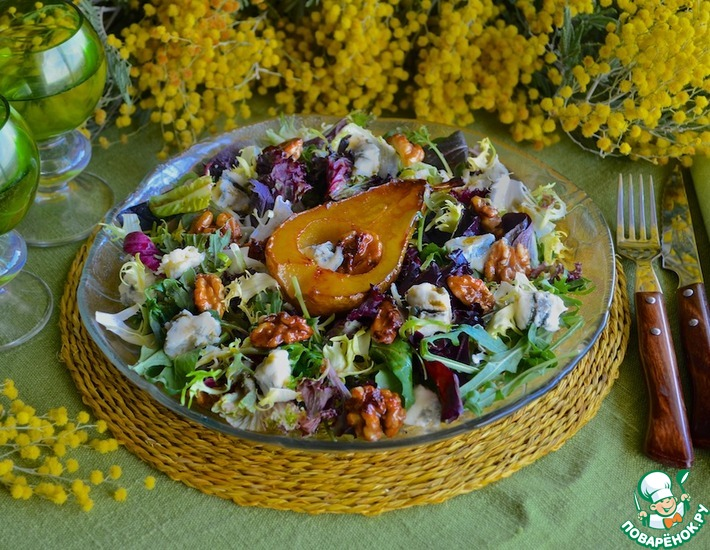 Рецепт: Салат с рокфором и карамелизованной грушей