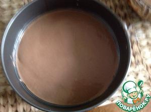 Немного теста вылить в форму (тесто по густоте должно быть как смётана) и испечь в духовке один блин. Это основа. Выписать примерно 7-10 минут.
