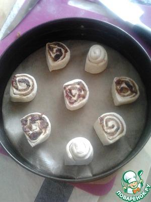 Дно и бока формы смазать маслом или застелить пергаментной бумагой.   Выложить булочки на расстояние 3-4 см друг от друга. Накрыть пищевой пленкой или влажным полотенцем и поставить в теплое место минут на 40, чтобы тесто расстоялось и увеличилось в размере.