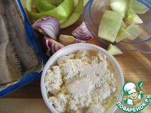 Для мусса: измельчаем до состояния мусса в блендере очищенное от кожуры яблоко, филе сельди, лук и творог.