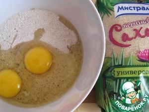 Для вафель: квасное сусло разведём в небольшом количестве тёплой воды. Смешаем сухие ингредиенты, добавим яйца, оливковое масло и разведённое сусло. Если есть желание добавить изюм, то его предварительно зальём кипятком и оставим на 10-15 минут для размягчения. Далее воду сольём, изюм смешаем с сухими ингредиентами.