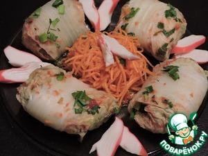 Готовые голубцы выкладываем на тарелку, сверху посыпаем зеленью. В качестве дополнения прекрасно подойдет корейская морковка, грибы, курица. Я добавила крабовое мясо - по вкусам своей дочки.    Если вы не соблюдаете пост, то попробуйте залить голубцы сметаной, смешанной с зеленью - это будет еще вкуснее!