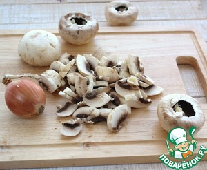 Нарезать лук и грибы.