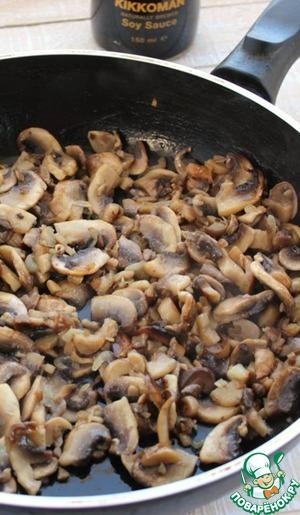 В сковороде разогреть растительное масло, обжарить лук, затем добавить нарезанные грибы и продолжить жарить минут 7.