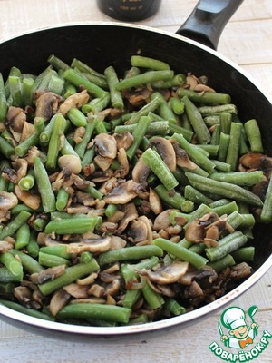 Добавить зеленую фасоль, посолить, поперчить, довести до готовности.