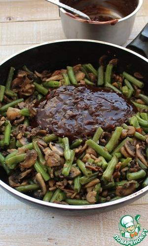 В горячую массу влить соус, перемешать. Получается самодостаточное вкусное блюдо, но мы идем дальше.