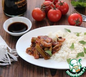 Если нет рисовой бумаги, можно подавать с любым гарниром, очень вкусно с рисом.