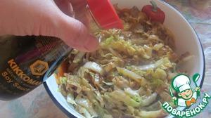 6. Обжаренную капусту выложить в орехи с хлопьями, добавить зелень, соль, перец, соевый соус kikkoman