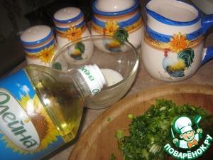 """А пока готовим соус - смешиваем сметану, натёртый чеснок с маслом ТМ """"Олейна"""" ( 3 ст. л.), режем зелень (зелёный лук)"""