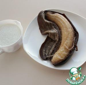 После того, как Инна Хаврошечка на сайте выставила рецепт кекса с замороженными бананами, я стала часто пользоваться этой идеей. В этом рецепте я покажу пирог и с замороженными, и со свежими бананами. Спелые бананы поместить в морозильную камеру. Замороженные бананы быстро оттаивают, очистить их от шкурки.