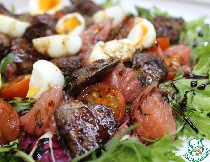 Рецепт: Салат с куриной печенью и грейпфрутом