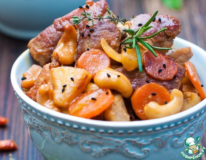 Рецепт: Свинина с кешью, ананасами и соевым соусом