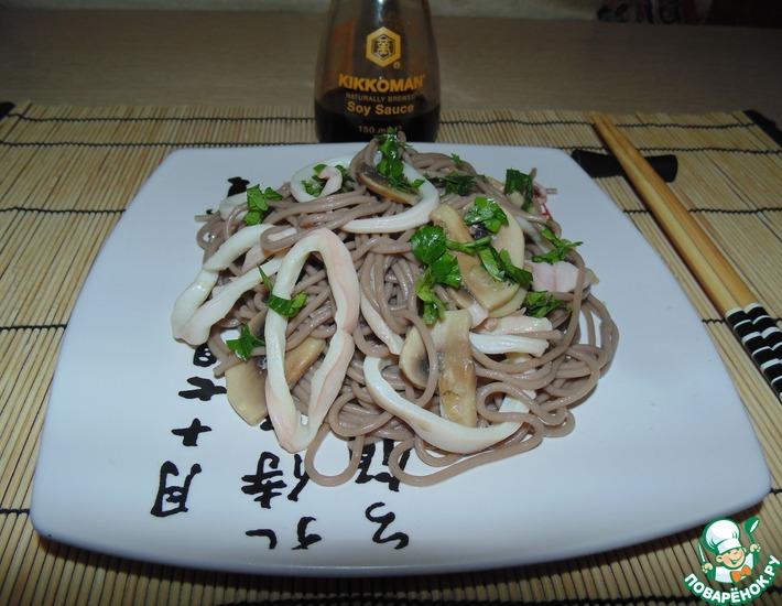 Рецепт: Гречневая лапша с кальмарами и шампиньонами