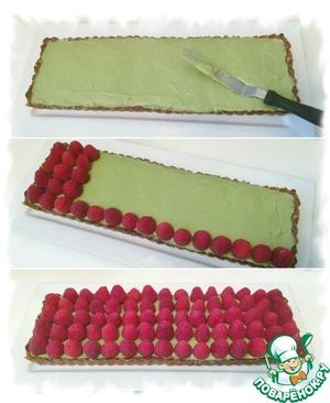 Охлажденный крем выложить на корж и равномерно распределить по поверхности. Сверху выложить ягодки малины.