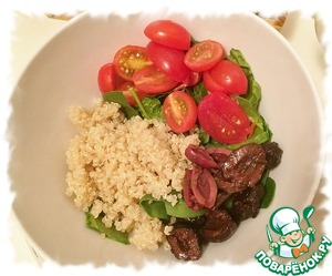Quinoa, spinach, tomatoes and olives, mix and pour with the dressing.